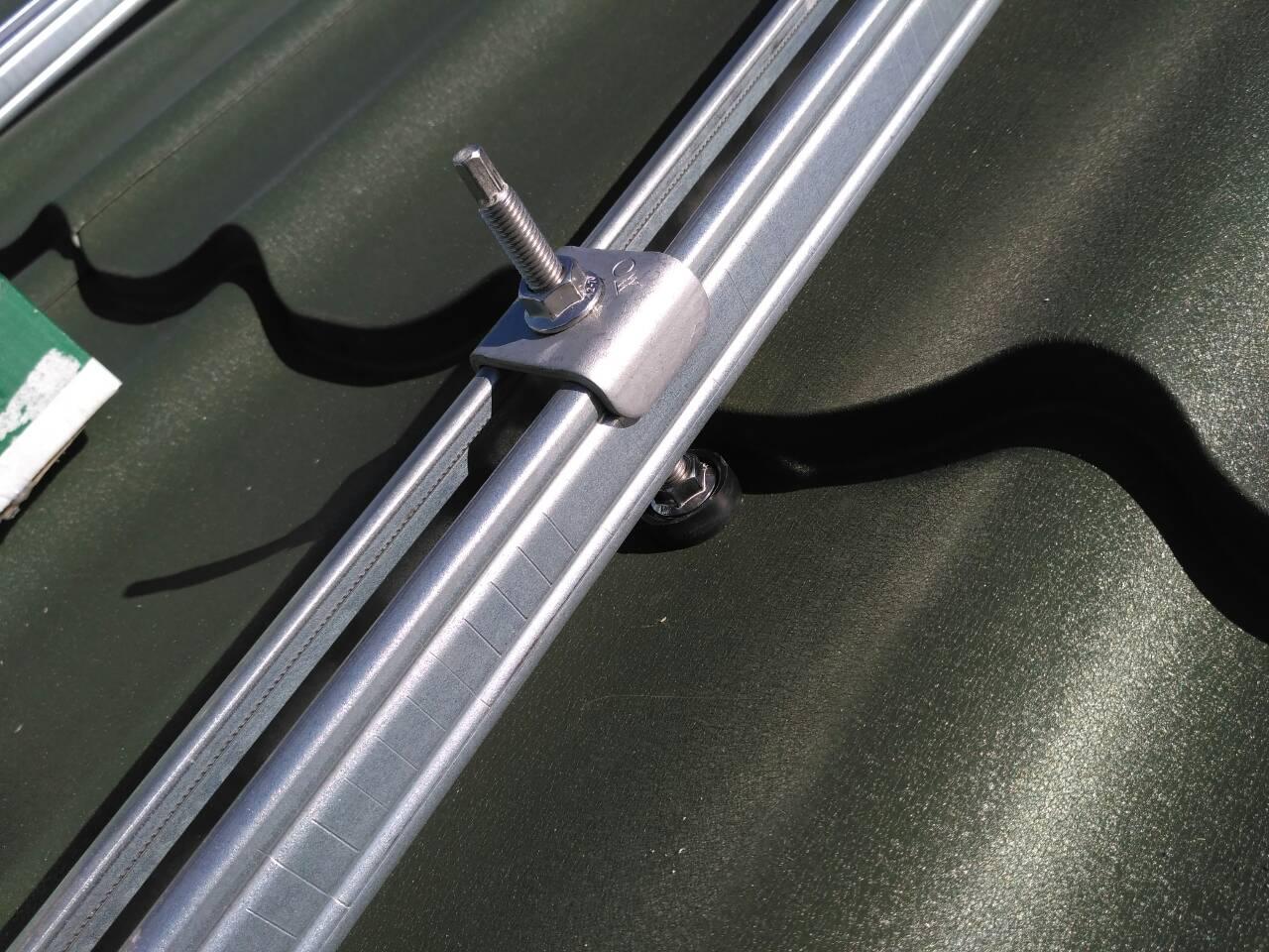 Кріплення сонячних батарей на металочерепицю