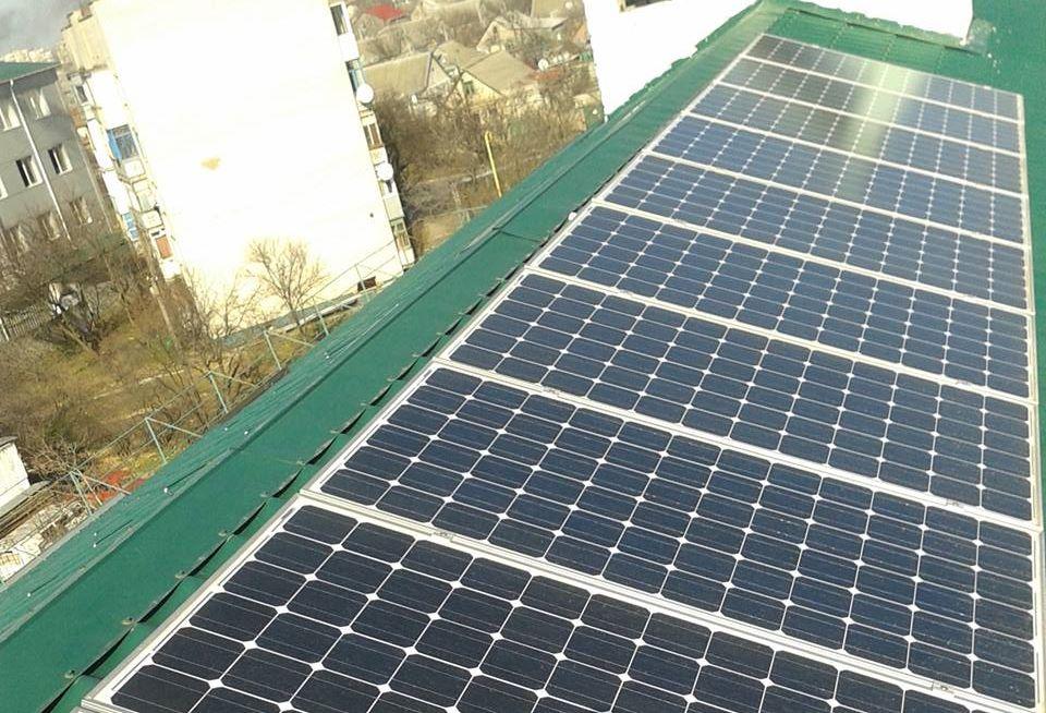 Сонячну електростанцію на даху багатоквартирного будинку встановлено в Херсоні